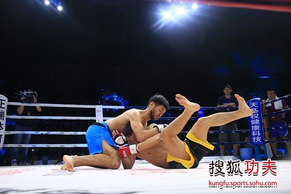 图文:姚洪刚TKO穆拉德 穆拉德锁技失败