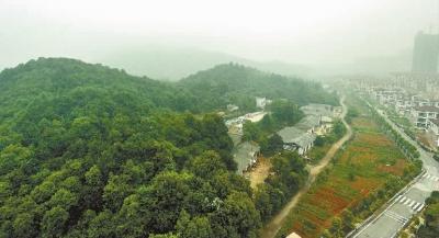 5月14日,从高处俯瞰长沙尖山风景区.本报记者 徐行 摄