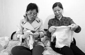 柏翠云在给姐姐即将出生的小外孙打毛衣
