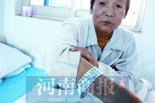 刘秋凤向记者展示生产时医院给她戴的手环