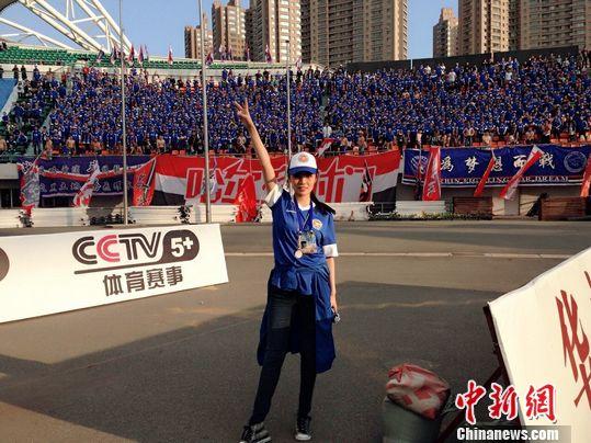 足球宝贝为毅腾加油打气 蓝色队服清爽帅气