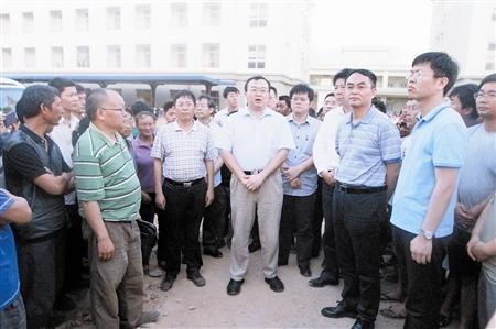 18日,在越南河静省,中国政府工作组组长、外交部部长助理刘建超(中)看望在越南针对外国企业和人员暴力事件中受冲击的中国公司员工。 新华社发(中国政府工作组提供)