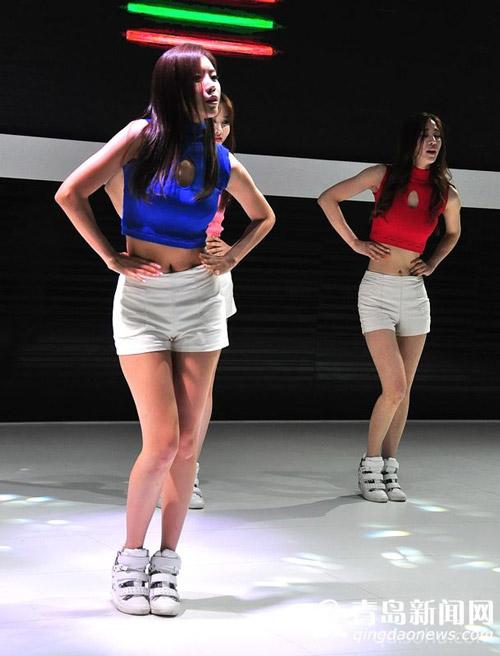 韩国美女直播间视频 美女走模特衣服脱落