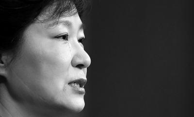 """""""许多人在这次事故中遇难,令我难过得夜不能寐,作为负责守护国民生命和安全的总统,我向因此承受痛苦的人们表示由衷的歉意。这起事故应对不当,最终责任由我承担。""""―朴槿惠"""