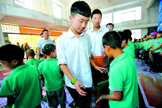 校长:武汉学校国际枫叶向大凉山的初中捐赠爱孩子图文东龙换图片