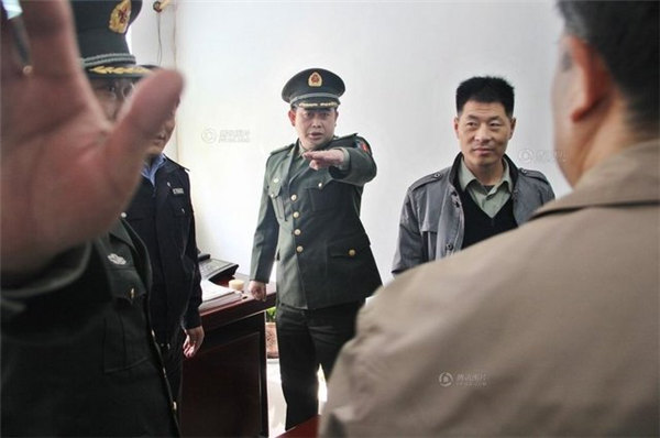 """两男子冒充联合国官员 给中南海打电话""""提人""""图片"""