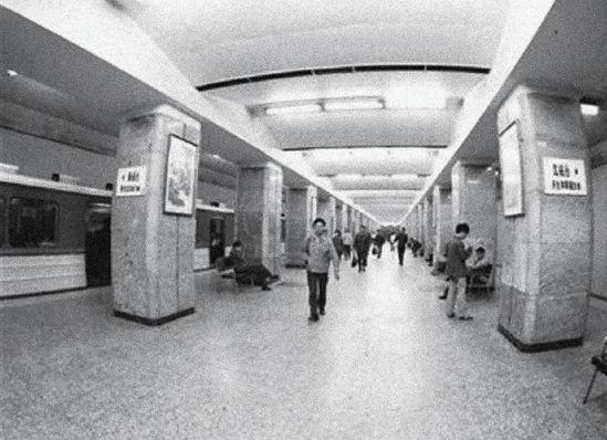北京地铁一期工程于1969年10月基本建成,1971年1月开始试运营。图为1981年的宣武门站大厅。图片来源:新华社