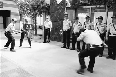 北京市公安局海淀分局民警正在训练。董 瑞摄