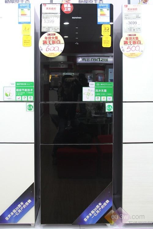 这款容声三门冰箱外观采用黑白经典搭配,冰箱的电脑控制面板位于冷藏门正中,通过了四个触摸按键来选择不同模式。