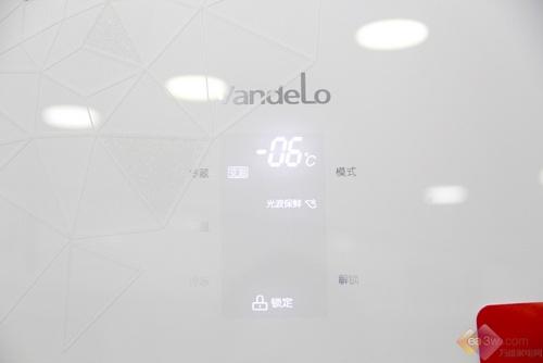 这款冰箱配置了一个隐形的LED显示屏操作,超大的数码显示非常醒目。一键模式切换功能,不同温室间可以随意调节,随时掌握不同温室间的工作状态。