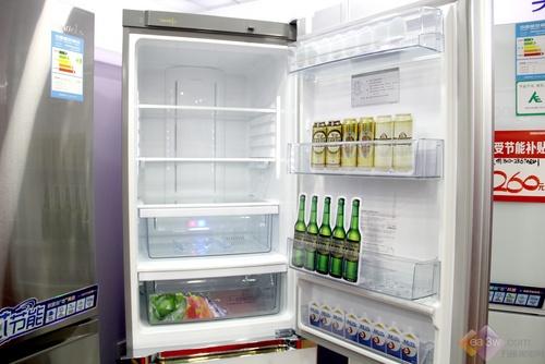 冷藏室的设计结构简单合理。冰箱采用了风冷无霜技术,使得冰箱的制冷快速均匀,食物不易风干,保鲜更加持久。只可惜冷藏室缺少人性化设计,酒架并没有配置在这款冰箱中。