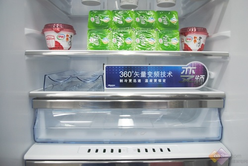 这款海信冰箱还采用最先进的SPA水离子,通过正负离子让风冷冰箱充分享受到保湿保鲜的水疗功能,同时顶部设计,形成瀑布式喷射,360度覆盖箱体内部。