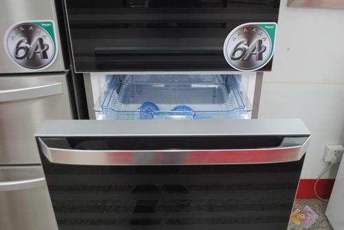 人性化设计也为这款冰箱加分不少,冰箱下半部的把手设计,符合人体工程学握力原理,45度上弧把手,提取存放更方便,同时采用十孔锁水孔设计,开关不费力。