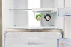 这款海信冰箱同样具有360立体循环风系统。风道口采用45度倾斜式出风,形成内部反射,将冷量输送内壁及四角落,让冰箱内各个角落温度均衡;避免了食物容易风干的问题,风冷不风干。