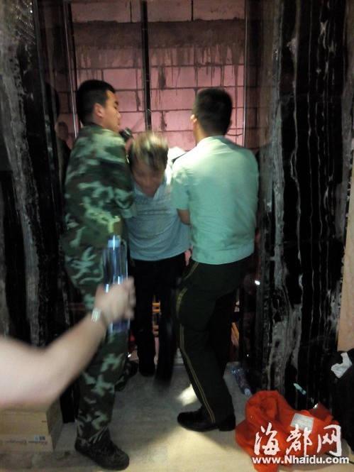 受困人员被从电梯顶部救出