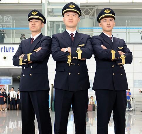 5月20日上午,东方航空山东分公司的飞行员,空姐和地勤人员在青岛