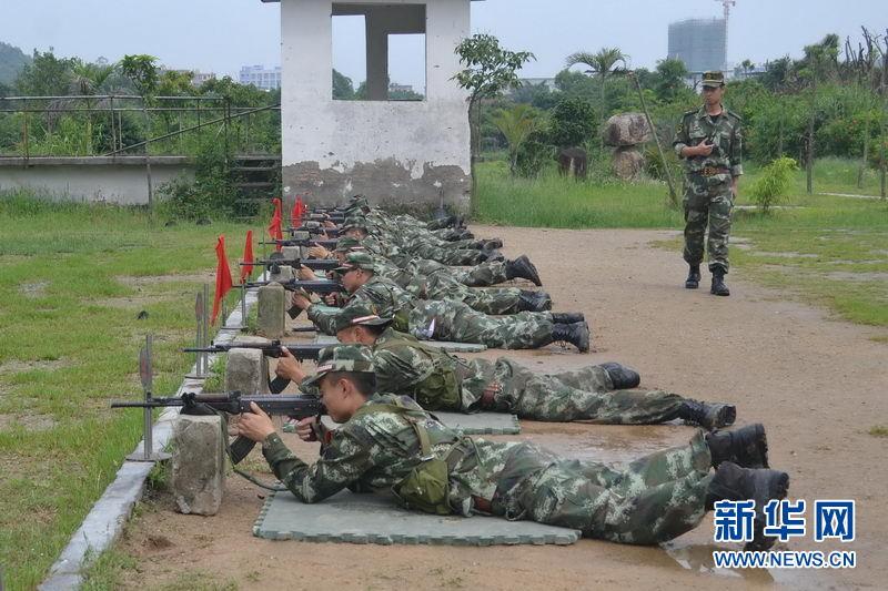 福建泉州边防机动大队官兵进行瞄靶训练
