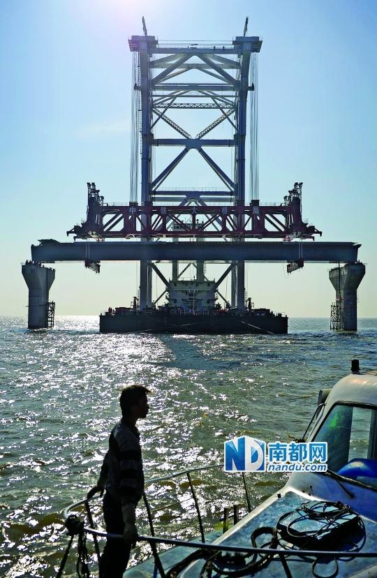 9时5 6分,港珠澳大桥的首片桥梁成功架上了桥墩,标志着港珠澳大