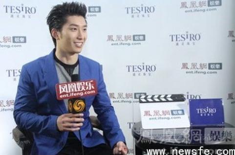 参加67届戛纳电影节的窦骁在通灵珠宝采访间接受凤凰娱乐记者采访