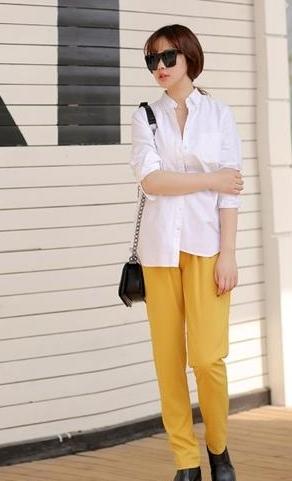 白衬衣配什么裤子女_百搭的基础品白衬衫搭配黄色休闲裤,颜色清新又靓丽,衬衫放在裤子外