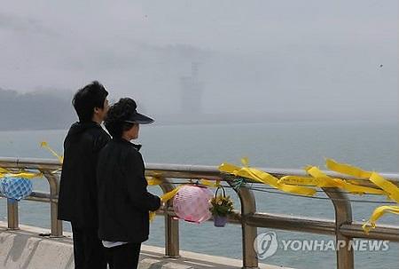 """韩国""""世越""""号沉船事故搜救工作22日进入第37天,韩国官民军联合救援队当天起将重点搜寻因船体严重受损而无法进入的区域。(韩联社)"""