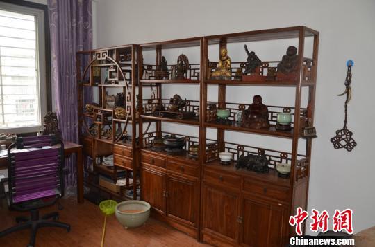 犯罪嫌疑人将盗窃的古玩收藏家中 伍公宣 摄