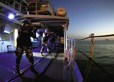 5月22日晚7时35分,东海,参加当天中俄联合军演的宁波舰特战队员进行锚地防御演练。拍者 孙阳