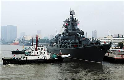 """22日,参加军演的俄海军""""瓦良格""""号导弹巡洋舰驶离上海。新华社发"""