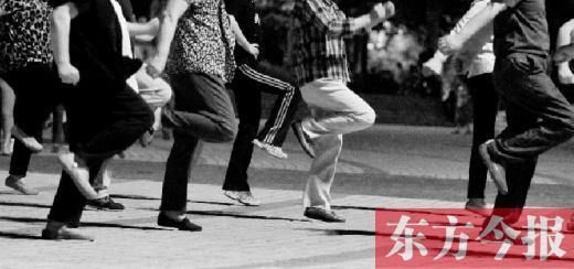 郑州街头,每到夜晚,大妈们便聚在一起大跳广场舞 张晓冬/图