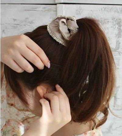 使用发卡固定发丝
