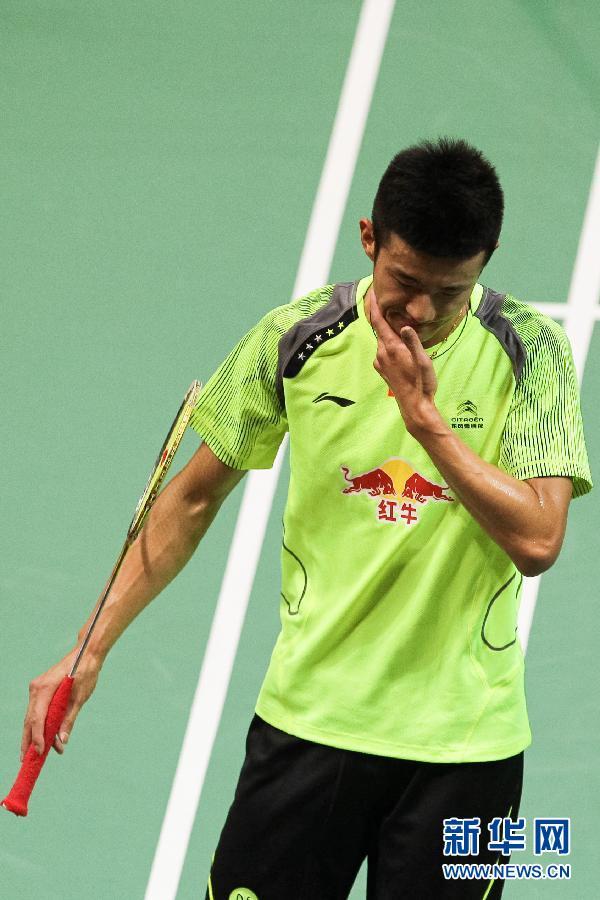 5月23日,中国队选手谌龙在比赛中回球。当日,在印度首都新德里举行的2014年羽毛球汤姆斯杯半决赛第一盘比赛中,中国队选手谌龙以0比2不敌日本队选手田儿贤一。新华社记者郑焕松摄