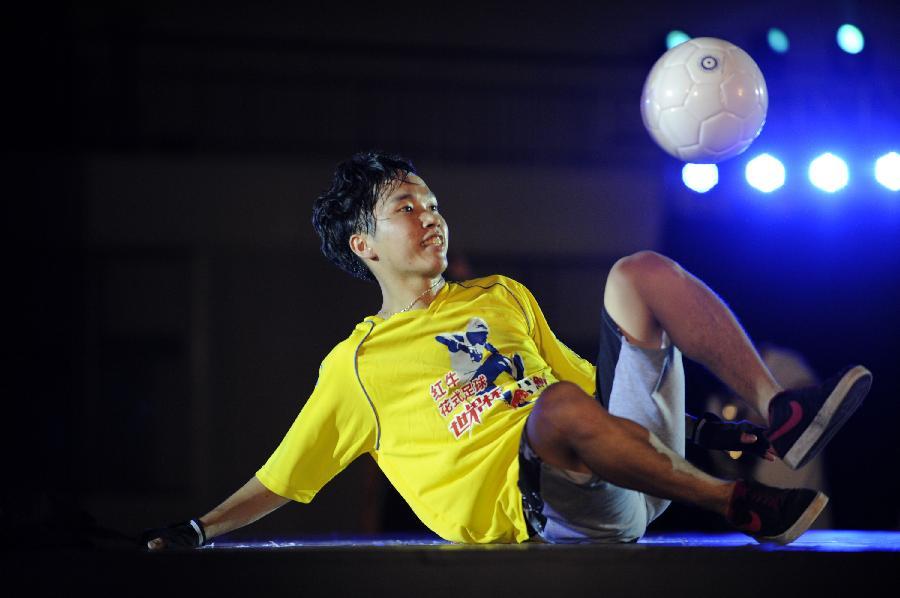 (体育)(2)花式足球——世界杯选拔赛广州站比赛(图)图片