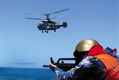 """23日,中国舰载直升机侦察""""被劫持船舶""""。新华社发"""