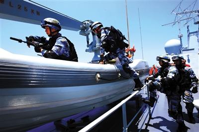 23日,中国海军特战队员接到命令登上小艇。新华社发