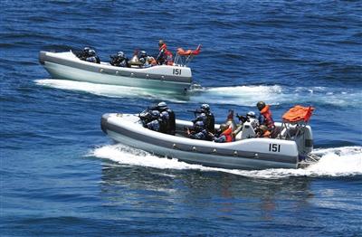 """23日,中国海军特战队出击解救""""被劫船舶""""。新华社发"""