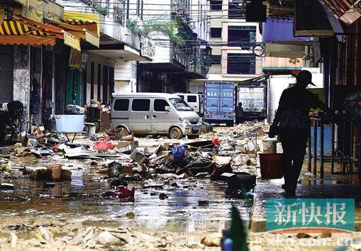 昨日,从化温泉镇断水断电,大量淤泥堆积在街道上,一片狼藉。