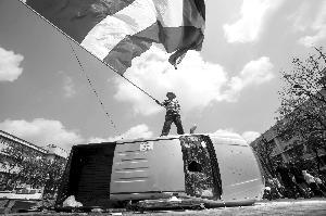 泰国示威民众砸毁警车