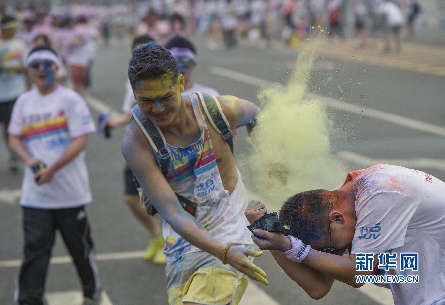 """""""5公里彩色跑""""首次登陆重庆 万人体验色彩狂欢"""