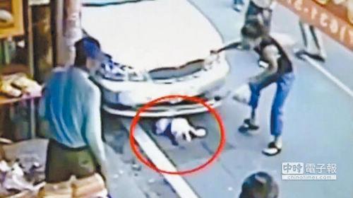 一名1岁女童遭卷车底,所幸仅受轻伤。(中国时报图)