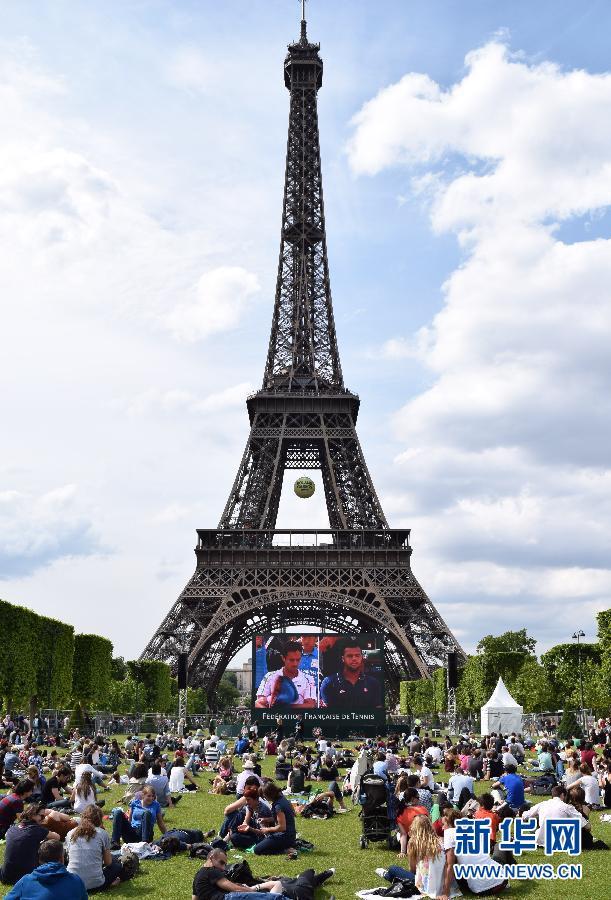 巴黎市民在巴黎埃菲尔铁塔前的战神广场草坪
