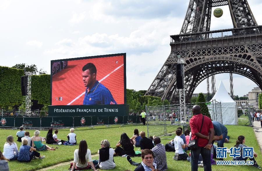 巴黎市民在巴黎埃菲尔铁塔前的战神广场草