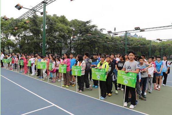 来自江西省各地的近200名青少年来到球童选拔现场