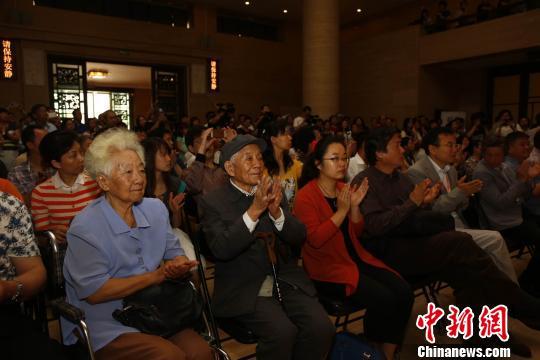 新疆文化厅副厅长张子康先生与中国美术馆馆长范迪安先生在展厅交流 周音 摄