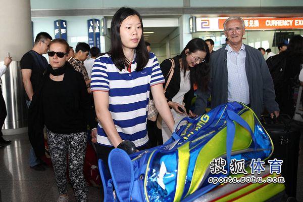 图文:国羽结束尤伯杯征程抵京 李雪芮素颜