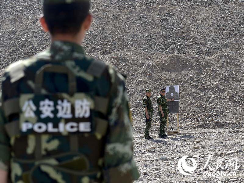 正在射击场进行实弹射击的维吾尔族女军医阿依努尔(左一)。该机动支队的女医生不仅仅是一名救死扶伤的医生,同样也是一名合格的战斗员。