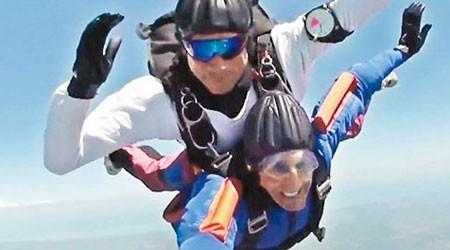 迈维尔(下)在教练(上)的陪同下,完成了70年的跳伞心愿