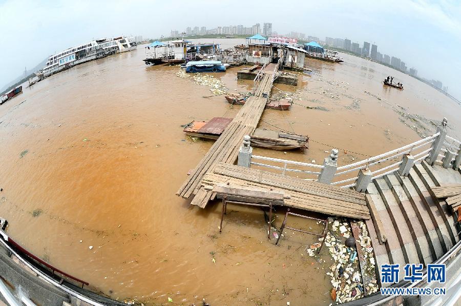 海事工作船在长沙福元路大桥附近的湘江航道开展巡逻(5月27日摄)。