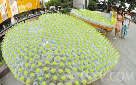 """用废弃的矿泉水瓶拼成的""""爱心""""近日亮相南京街头,志愿者旨在通过造型图片"""