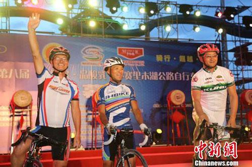 图为参加新疆第八届环赛里木湖公路自行车赛的选手。 于苏甫・艾尼 摄