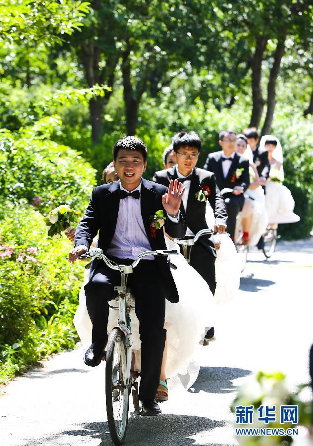 骑在自行车上的集体婚礼(组图)